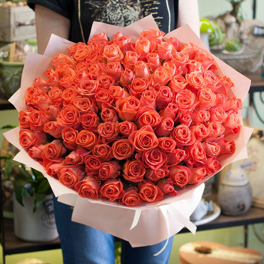 Букет из коралловых роз (101 роза): букеты цветов на заказ Flowwow