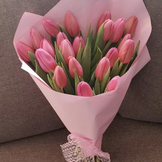 25 тюльпанов в дизайнерской упаковке: букеты цветов на заказ Flowwow