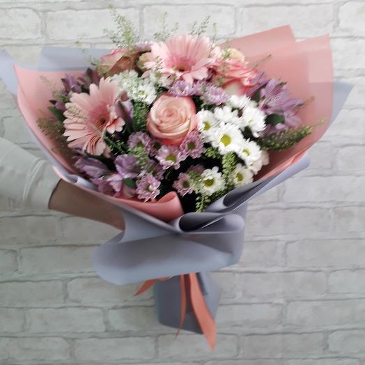 Букет с розовыми герберами, розами и сантини
