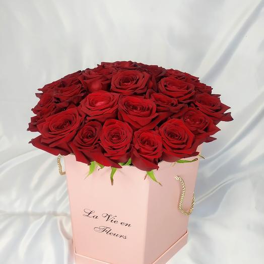 Красные розы в оригинальной коробке