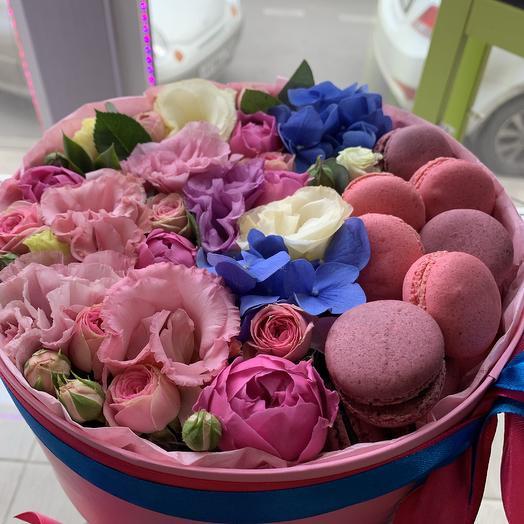 Коробочка с цветами и макаронс