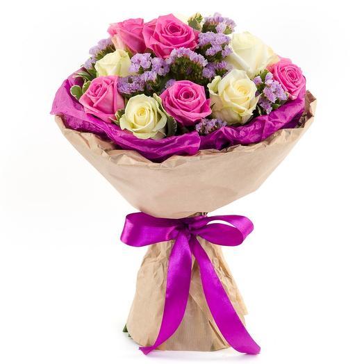 Букет с розами и статицей: букеты цветов на заказ Flowwow