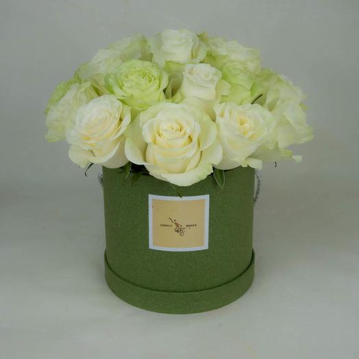 Белые розы в зеленой коробке