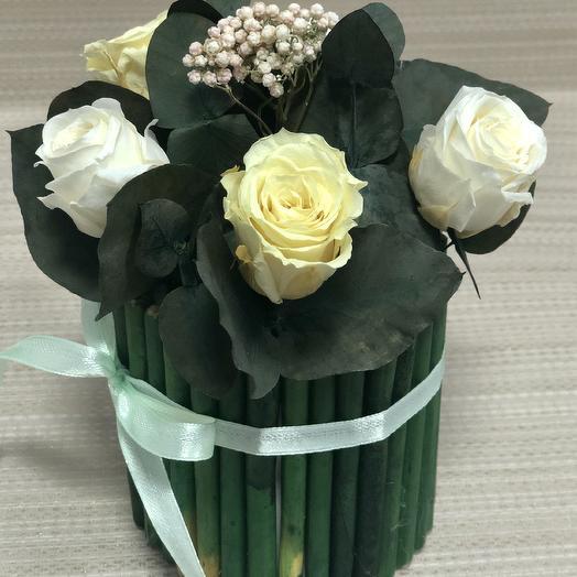 Белые и кремовые розы в эко-кашпо