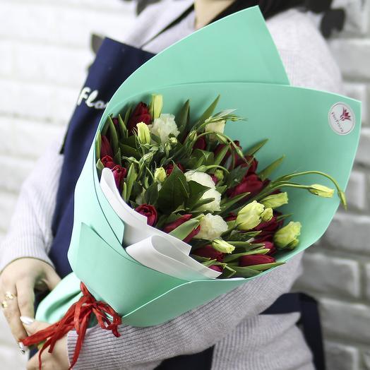 25 красных тюльпанов с эустомой в упаковке: букеты цветов на заказ Flowwow