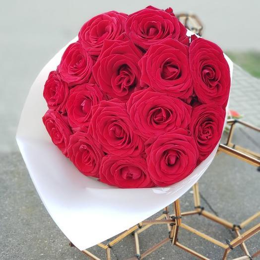 15 больших свежих красных роз