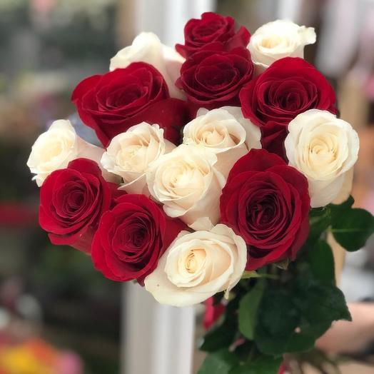 15 бело-красных роз Эквадор: букеты цветов на заказ Flowwow