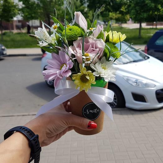 Букет-комплимент в стильном стаканчике: букеты цветов на заказ Flowwow