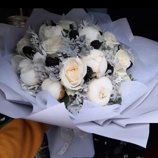 Букет из роз и белых пионов