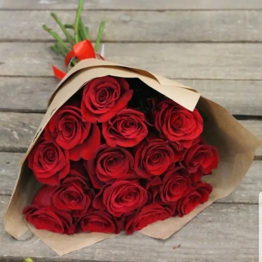15 красных роз в крафтовой упаковке