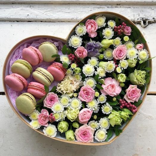 Большое сердце с цветами и сладостями