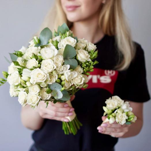Букет невесты из белых кустовых роз с фрезией