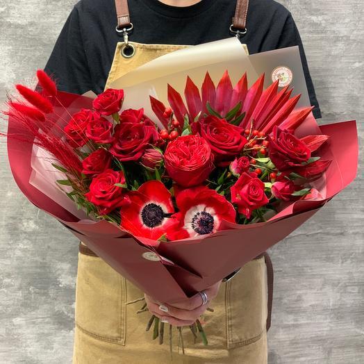 Роскошный букет из роз и анемонов