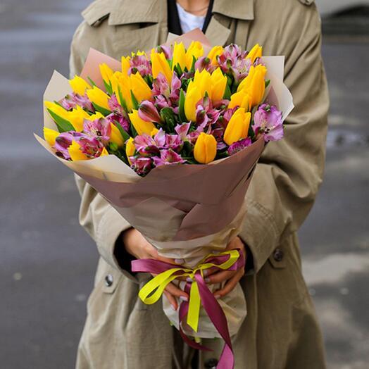 Яркий микс Тюльпанов и альстромерий