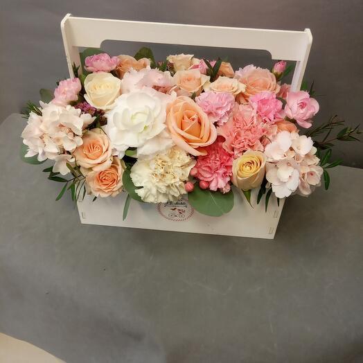 Ящик с цветами в пастельных тонах
