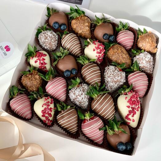 Ассорти из клубники в трёх видах бельгийского шоколада
