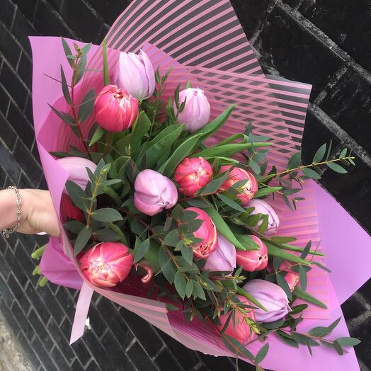 Букет из 15 махровых тюльпанов микс с зеленью