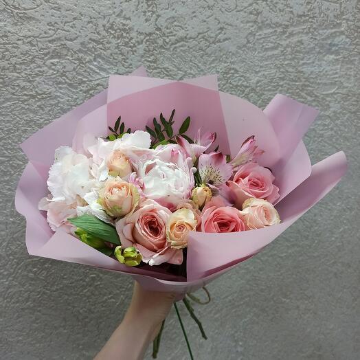Красивый букет с пионом, пионовидными розами и ассорти цветов