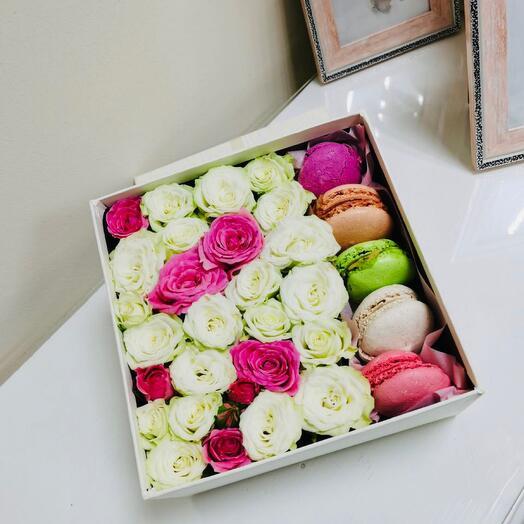 Цветы с дессертом макарунс