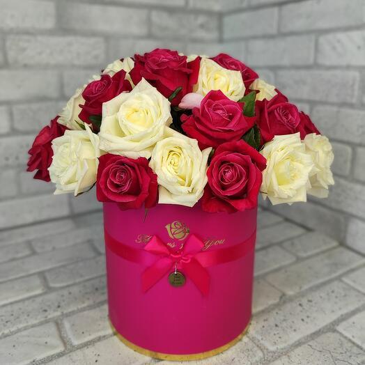 29 розовых и белых роз в шляпной коробке