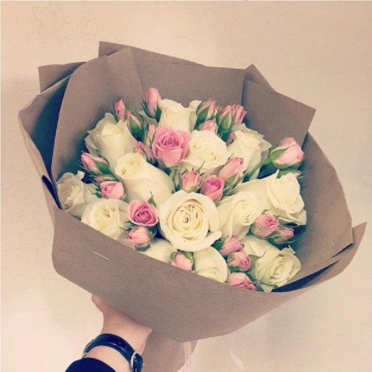 Букет из 17 белых роз и 8 кустовых розовых роз в крафте: букеты цветов на заказ Flowwow