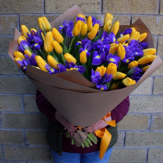 Букет с тюльпанами и ирисами : букеты цветов на заказ Flowwow