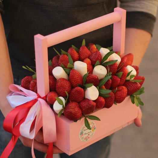 Клубника и маршмеллоу в ящике: букеты цветов на заказ Flowwow