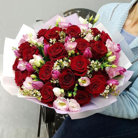 Прекрасный букет из роз, тюльпанов и лизиантуса