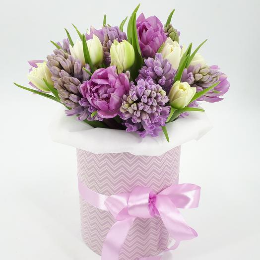 Микс тюльпанов с гиацинтами в стильной коробке: букеты цветов на заказ Flowwow