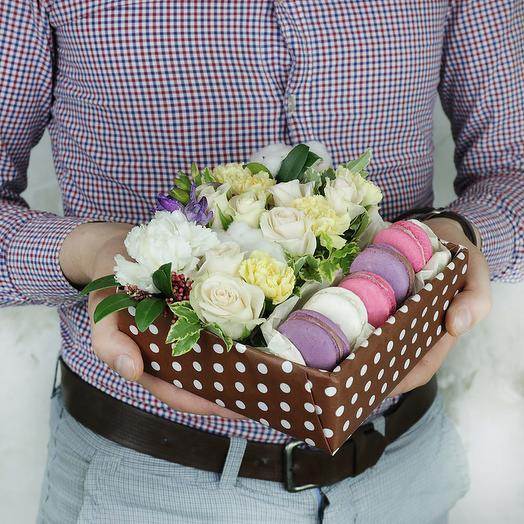 Коробка с макарунами. Розы, гвоздики и хлопок