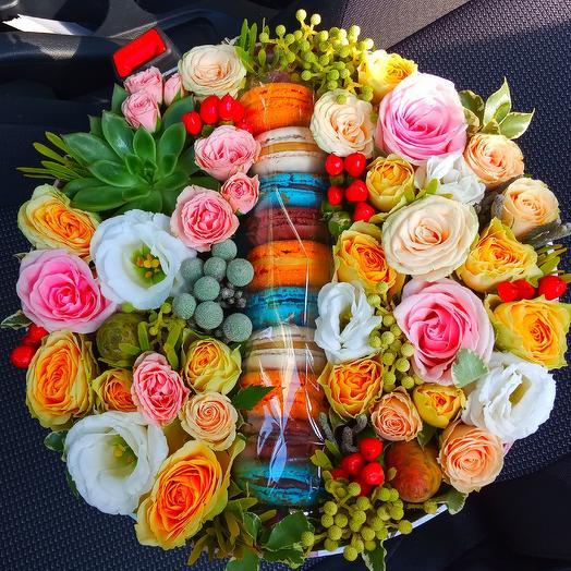 Коробочка с макаронсами Моему солнышку: букеты цветов на заказ Flowwow