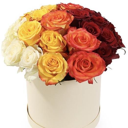 25 РАЗНОЦВЕТНЫХ РОЗ В СРЕДНЕЙ ШЛЯПНОЙ КОРОБКЕ: букеты цветов на заказ Flowwow