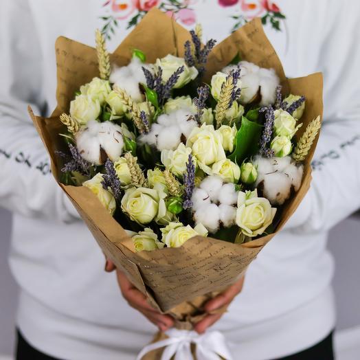 Букет из кустовой розы и сухоцвета. N748