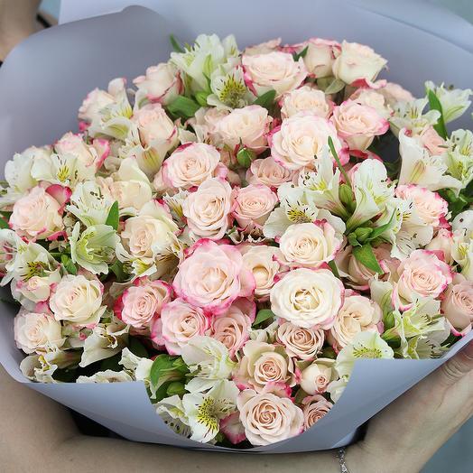 Букет из 15 высоких кустовых роз 60-70 см (Кения) и 10 альстромерий в стильной упаковке