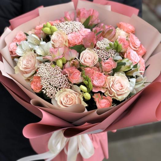 Букет из кустовых роз, альстромерии и озотамнуса Орлеана