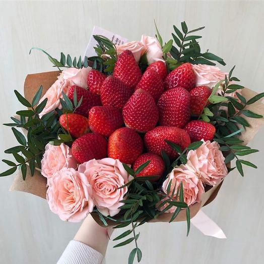 Букет из клубники и кустовой розы