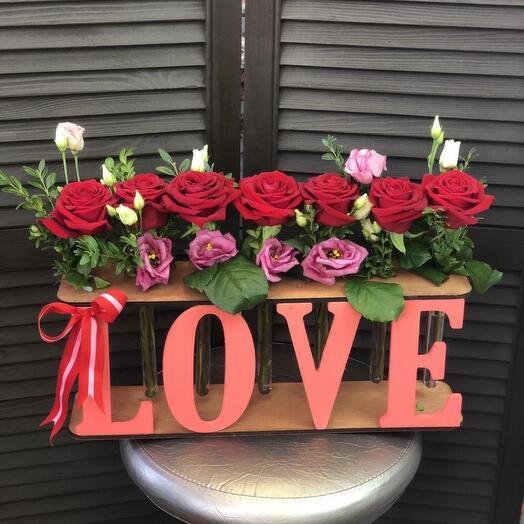 Розы в рамке Love