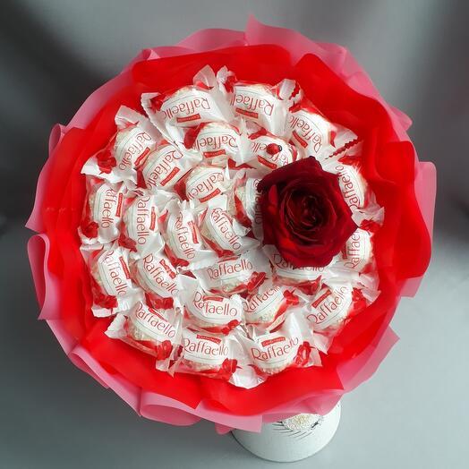 Букет с раффаэлло и ароматной розой