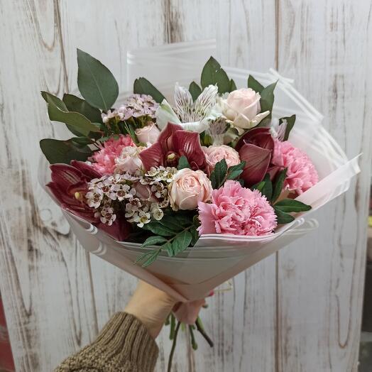 Букет с орхидеями, пионовидными розами и цветами