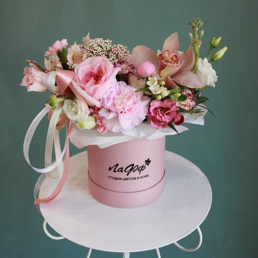 Нежно-розовая композиция в шляпной коробке