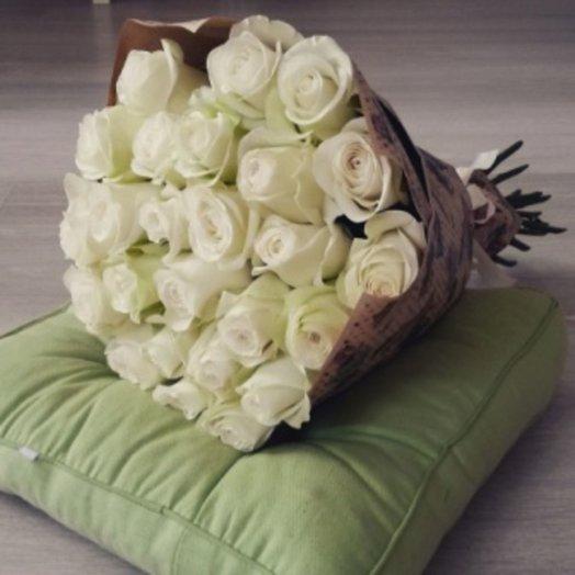 25 белых роз в крафт бумаге: букеты цветов на заказ Flowwow