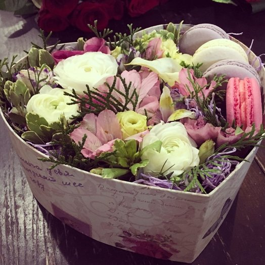Подарочная коробочка с цветами и пирожными