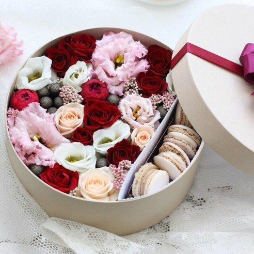 Цветы и макаруны M (20 см) 0167: букеты цветов на заказ Flowwow