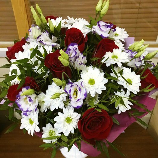 Сборный букет с красными розами: букеты цветов на заказ Flowwow