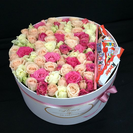 Коробка цветов со сладостями