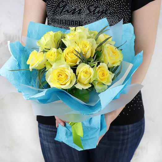 Букет из желтых роз с эвкалиптом в оригинальной упаковке: букеты цветов на заказ Flowwow