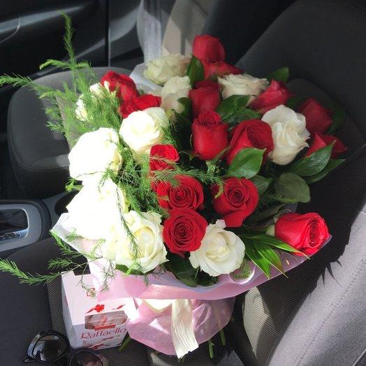 25 белых и красных роз: букеты цветов на заказ Flowwow