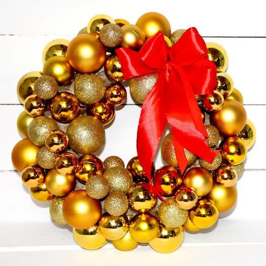 Венок новогодий из золотых шариков: букеты цветов на заказ Flowwow