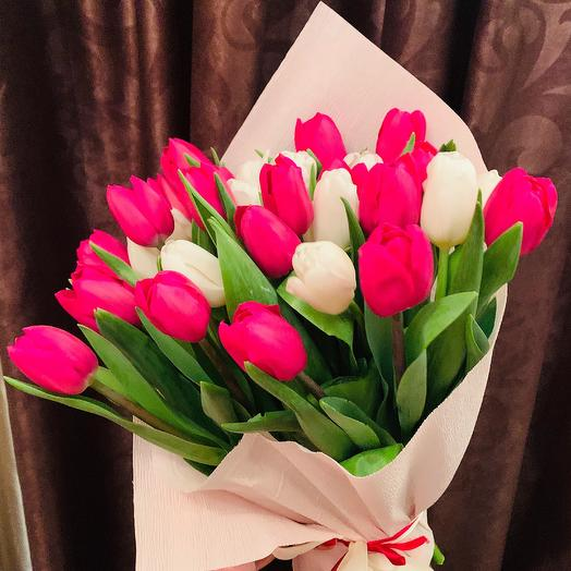 31 тюльпан микс в дизайнерской упаковке: букеты цветов на заказ Flowwow