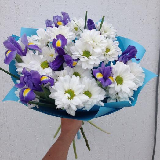 Букет с хризантемой и ирисами: букеты цветов на заказ Flowwow